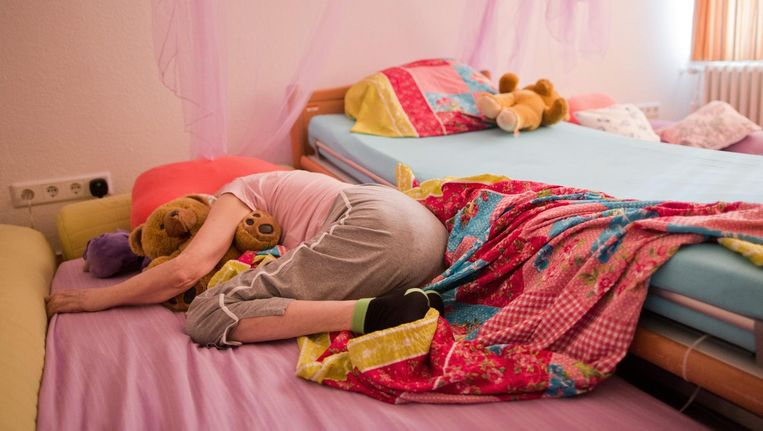Demente oudere in Duitsland, naast het bed matrassen om verwondingen te voorkomen. Beeld epa