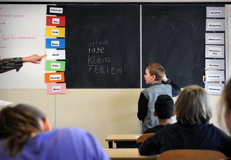 Duitse les op de Nederlandse basisschool Bosdael, dichtbij de Nederlands-Duitse grens. Duitsland investeert zeventig keer zoveel in het internationale landstaalbeleid als Nederland en Vlaanderen. Beeld Marcel van den Bergh / de Volkskrant