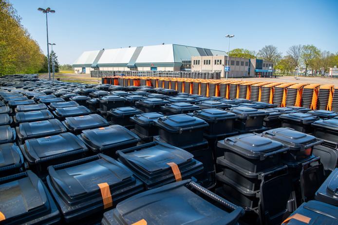 Er is een grote omwissel-operatie gaande in zuidelijk Apeldoorn. Het terrein bij de Americahal dient tijdelijk als opslagplek voor de oude en nieuwe containers.