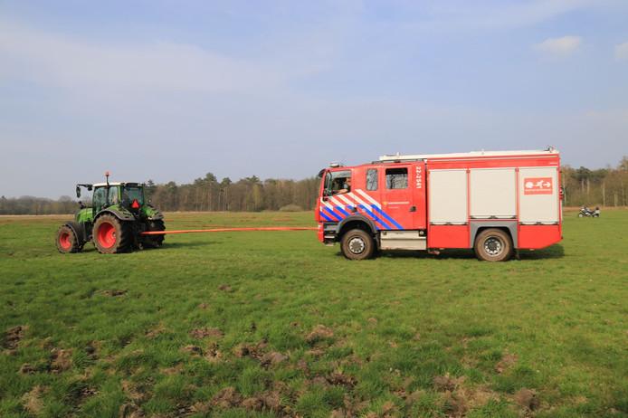 Doordat het de brandweerwagens drassig gebied moesten doorkruisen, sleepte een tractor ze erdoorheen.