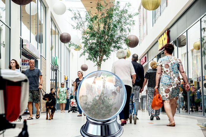 We zetten de kristallen bol in de Roselaar: hoe ziet het winkelcentrum er over 50 jaar uit?