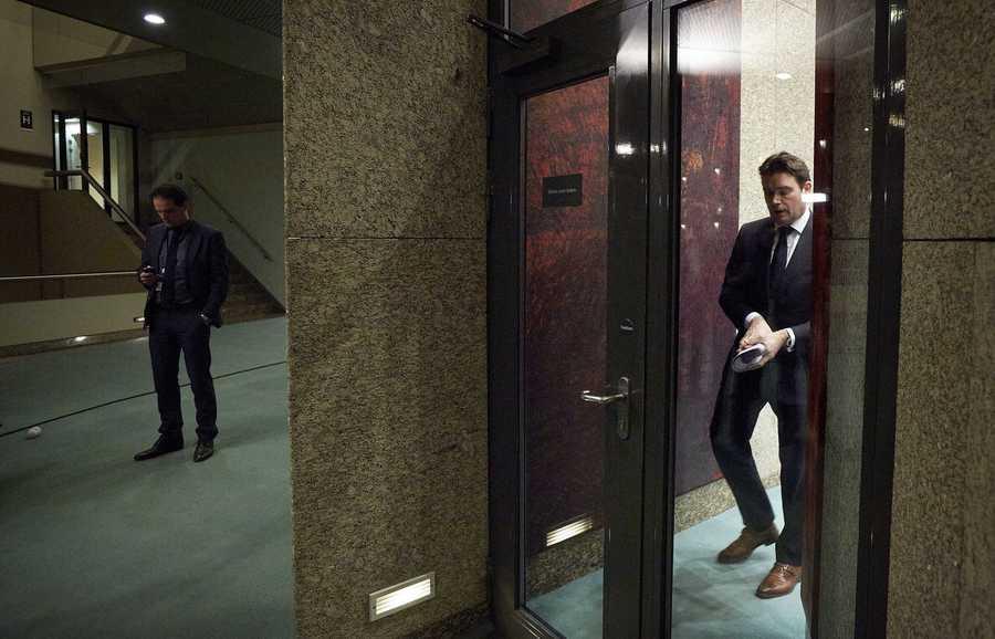 Weekers op weg naar de ministerskamer na een schorsing.