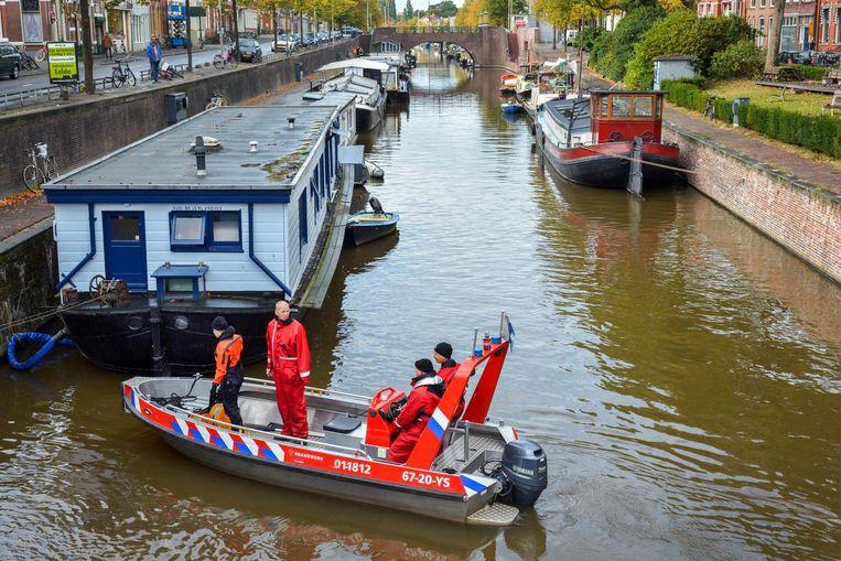 Politie en brandweer zoeken met een sonarboot in de grachten van Groningen, naar de vermiste Wytze Pennink. De 18-jarige student verdween na een avond stappen. Beeld anp