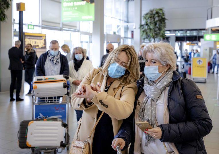 Reizigers op Schiphol voor een testvakantie naar Rhodos. Beeld ANP