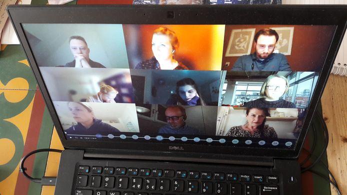 De digitale raadsontmoeting over het asielzoekerscentrum in Oisterwijk werd geleid door PGB-raadslid Marieke Moorman (bovenaan in het midden)