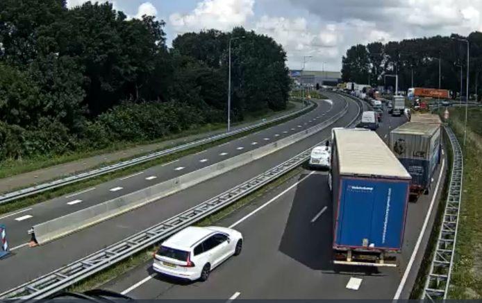 Het verkeer op de N3 staat stil nadat een slagboom op de Papendrechtse brug eruit is gereden.
