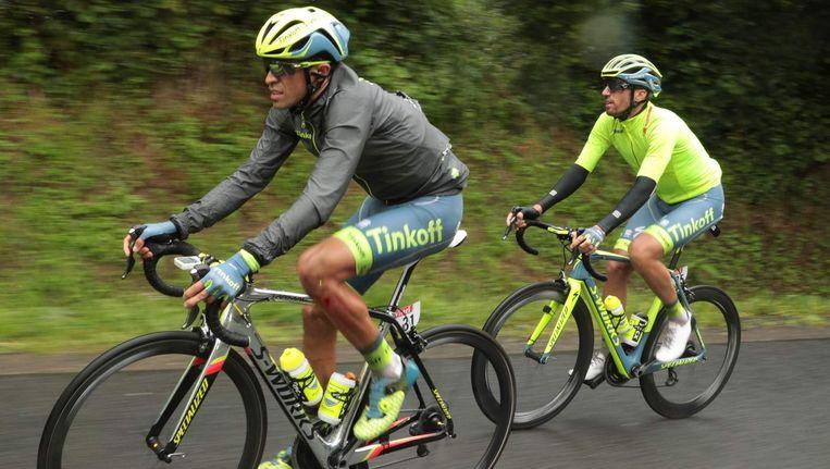 Contador en Tanel Kangert in hun regenjasjes. Beeld afp