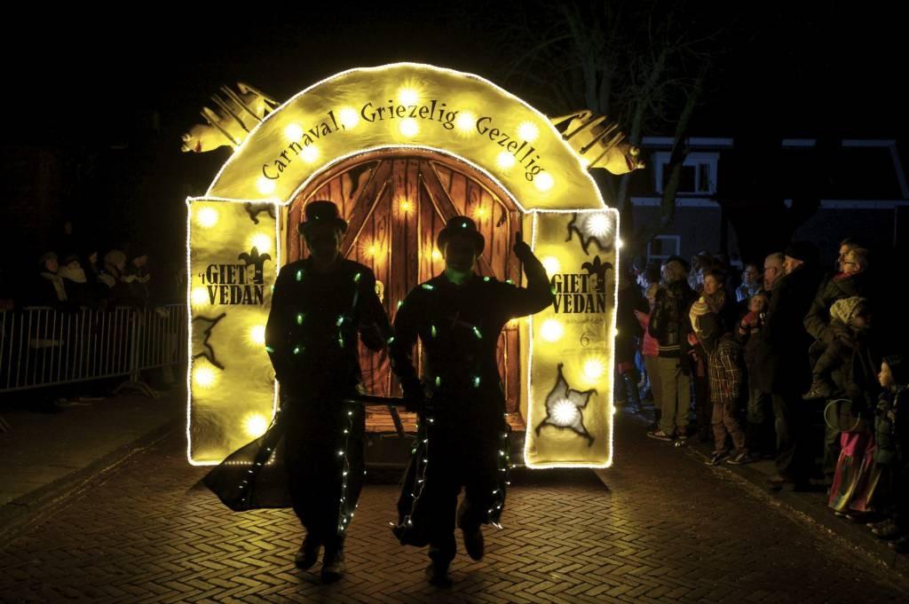 het carnaval in lemelerveld wordt traditiegetrouw afgesloten met de verlichte optocht gisteravond reden de mooi