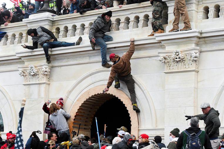 Trumpaanhangers bestormen het Capitool. Beeld REUTERS