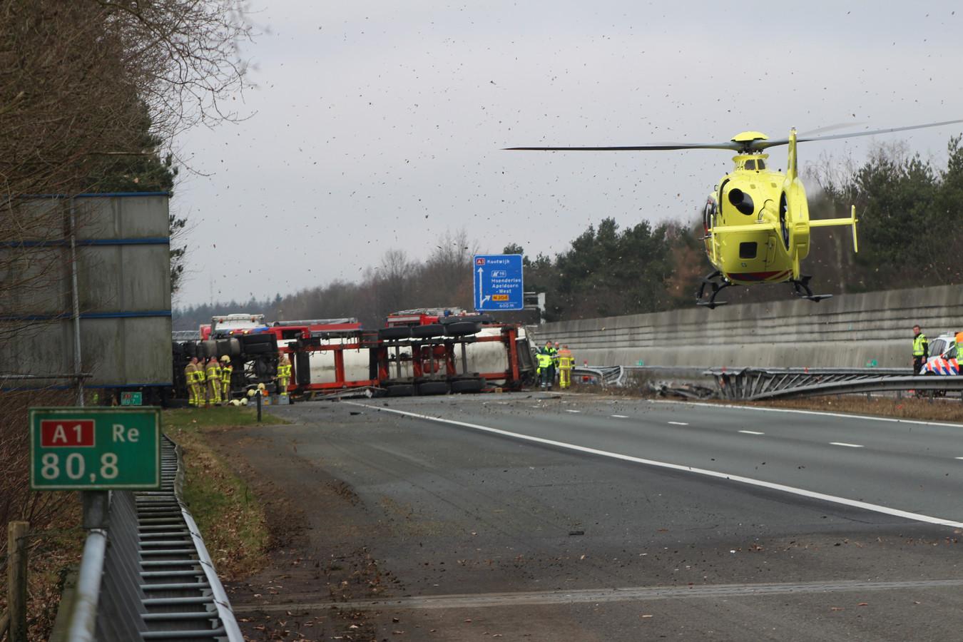 Een traumahelikopter werd ingezet om medische assistentie te verlenen bij het ongeluk op de A1.