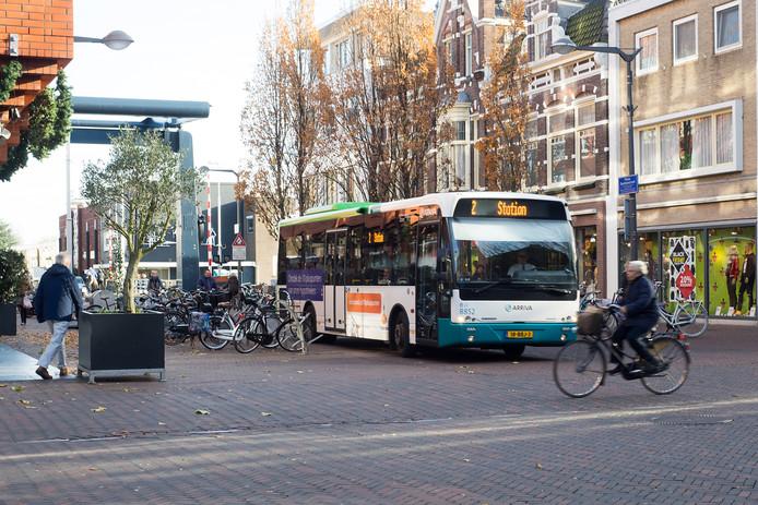 Shared space op de kruising Pieter Doelmanstraat, Castellumstraat en Julianastraat in het centrum van Alphen. Deze bus rijdt stapvoets.
