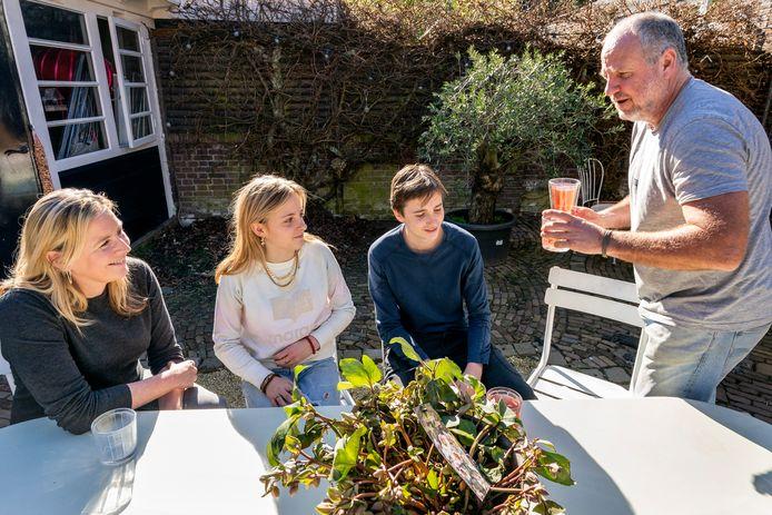 Jacques van Geffen (r) kan weer eens doen wat hij het liefst doet: drank serveren. Al is het aan zijn eigen gezinsleden (vrouw Judith, dochter Madelief en zoon Bink) in de achtertuin.