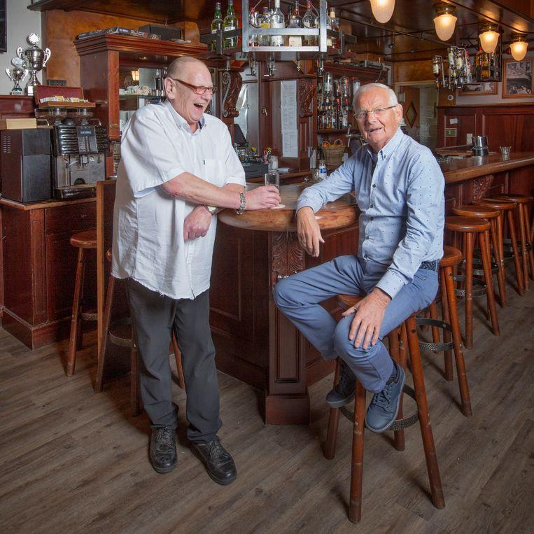 Barman Cees Murk (links) van Café Murk met eigenaar Joop Hogervorst. Beeld Jörgen Caris