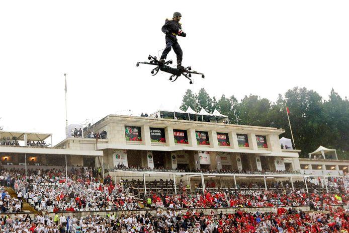 Spiderman arriveert op een drone voor de Portugese bekerfinale.