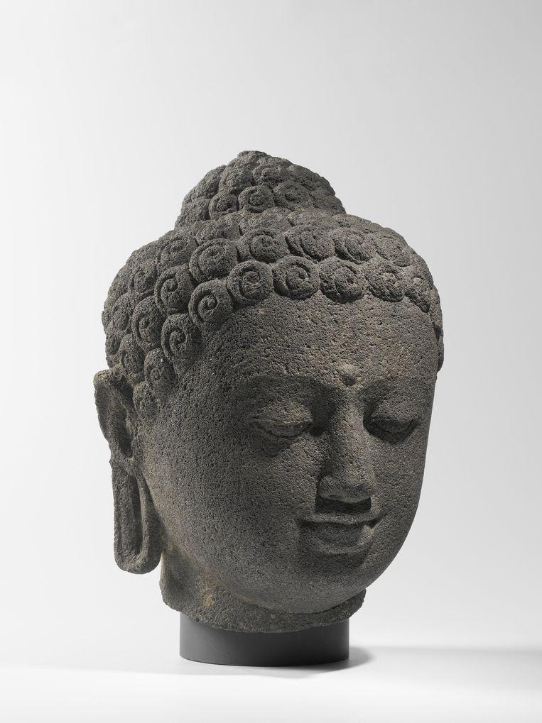 Negende-eeuwse kop van Boeddha in het Rijksmuseum, afkomstig van de Borobodur. Beeld Foto uit boek