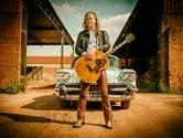 Muzikant Erwin Nyhoff uit Heeten brengt in zijn 6 meter lange Cadillac rock 'n roll bij u thuis