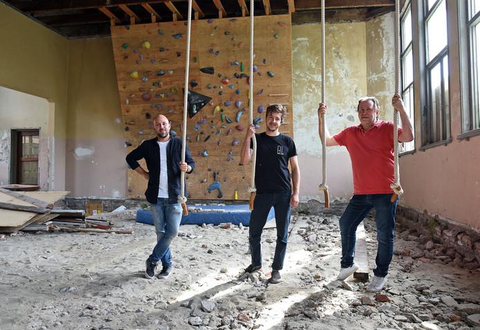 In de vroegere gymzaal hangen de touwen nog. In de touwen (vlnr.) Stijn Jordans, Thibo Baccarne en Marc Menue.