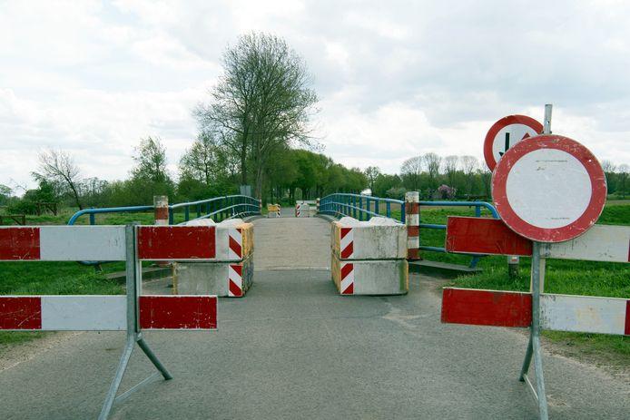De Kieftbrug was lange tijd afgesloten voor al het gemotoriseerde verkeer.