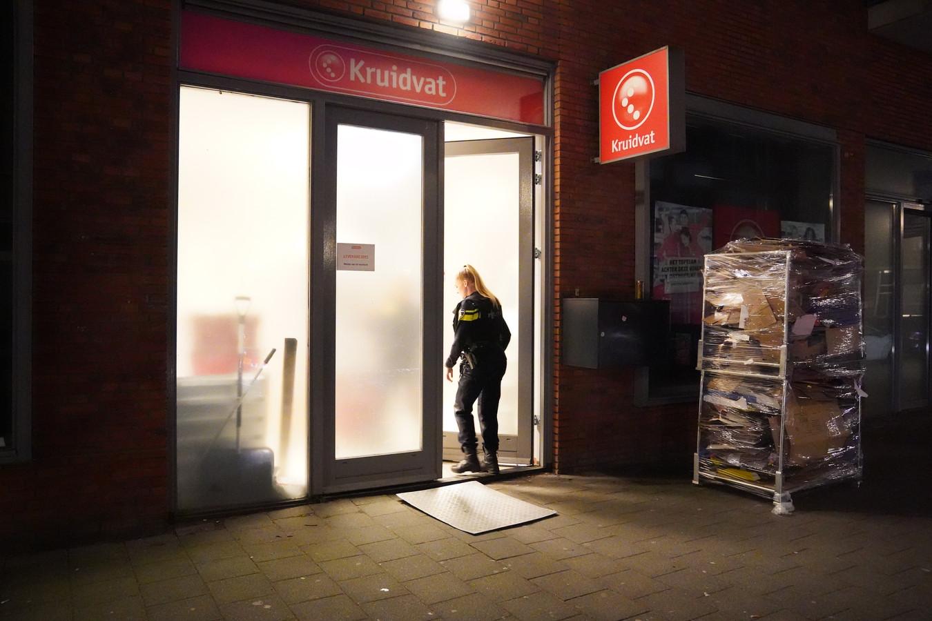 De politie doet dinsdagochtend onderzoek bij de Kruidvat aan de Lusthofstraat.
