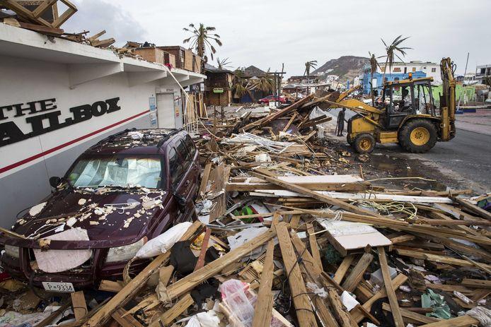 Op Sint Maarten wordt een begin gemaakt met het opruimen van de rotzooi na het passeren van de orkanen Irma en Maria.