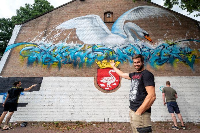 In de Lange Kerkstraat bij de oude Alouisiusschool is een graffiti schildering van een zwaan gemaakt, hier met jongerenwerker Maarten Marsen.