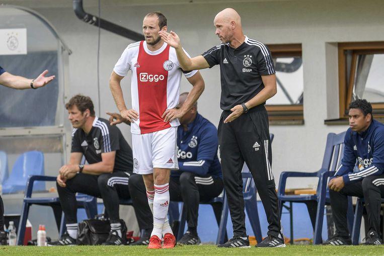 Trainer Erik ten Hag geeft Daley Blind aanwijzingen tijdens het oefenduel met RB Leipzig (1-1). Beeld ANP