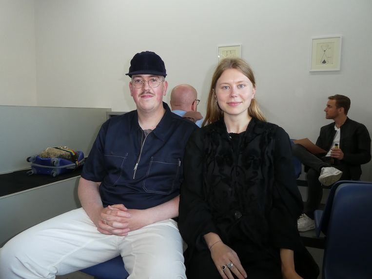"""Assistent managers Niels Nouwen en Anne de Bode: """"Ik stond op mijn zestiende al een keer in Schuim. Toen dachten ze dat ik de veel te jonge vriendin van mijn vader was."""" Beeld Hans van der Beek"""
