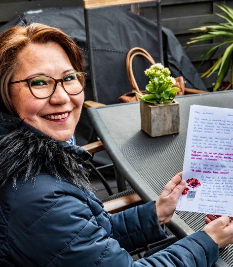 Deventer Jehovah's Getuige Annelies doet haar zendingswerk nu vanuit huis: 'Ik geef elke brief persoonlijk tintje'