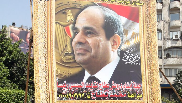 Een enorm billboard in Caïro met het portret van Fattah al-Sissi. Beeld EPA