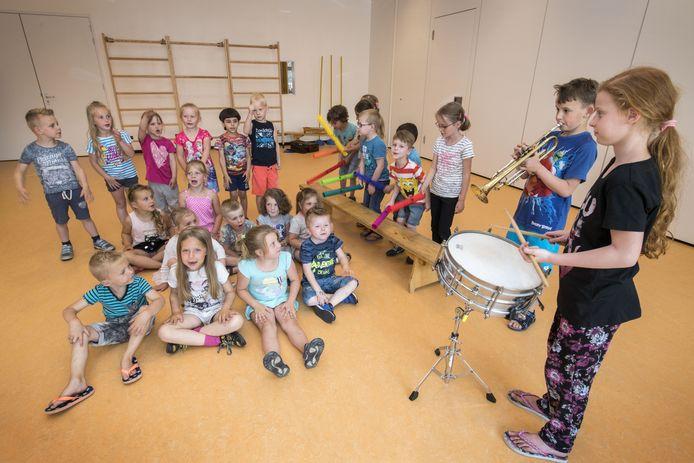 Felicia Mol en Aaron Fietje spelen voor leerlingen van groep 1 en 2 van de Blokstoeke.