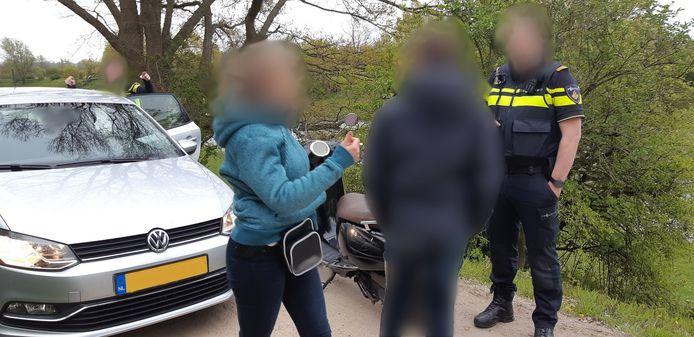 De politie in actie in Rhenen, waar een jonge scooterdief werd opgepakt.