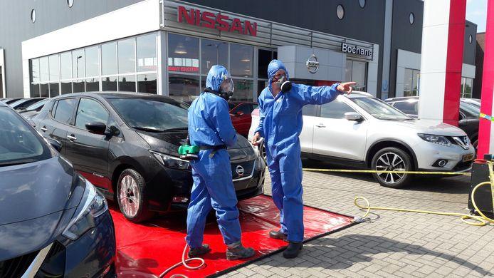 Professionele asbestsaneerders zijn begonnen met het reinigen van de ongeveer 200 auto's op het terrein van Bochane.