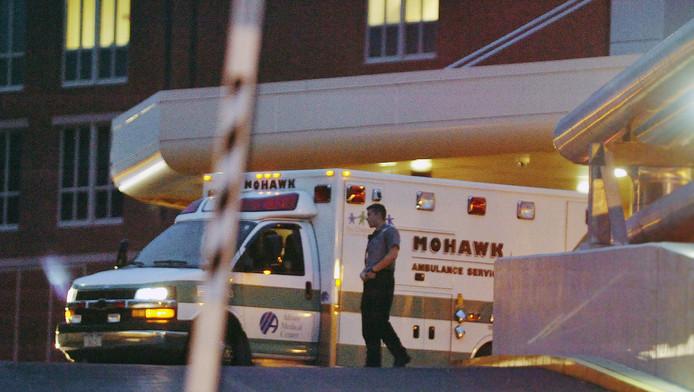 Een ambulance waarin de opgepakte David Sweat ligt arriveert bij het Albany Medical Center