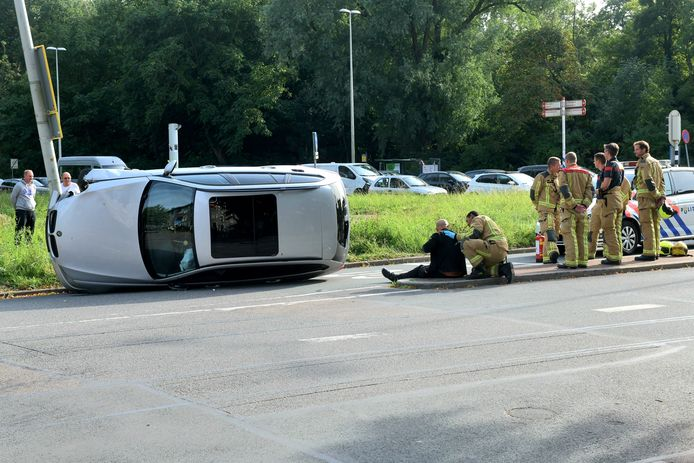 De auto raakte op zijn kant op de Guntersteinweg in Den Haag.