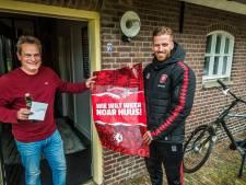 Gijs 'Smaldini' en zijn collega's bezorgen seizoenkaarten FC Twente persoonlijk