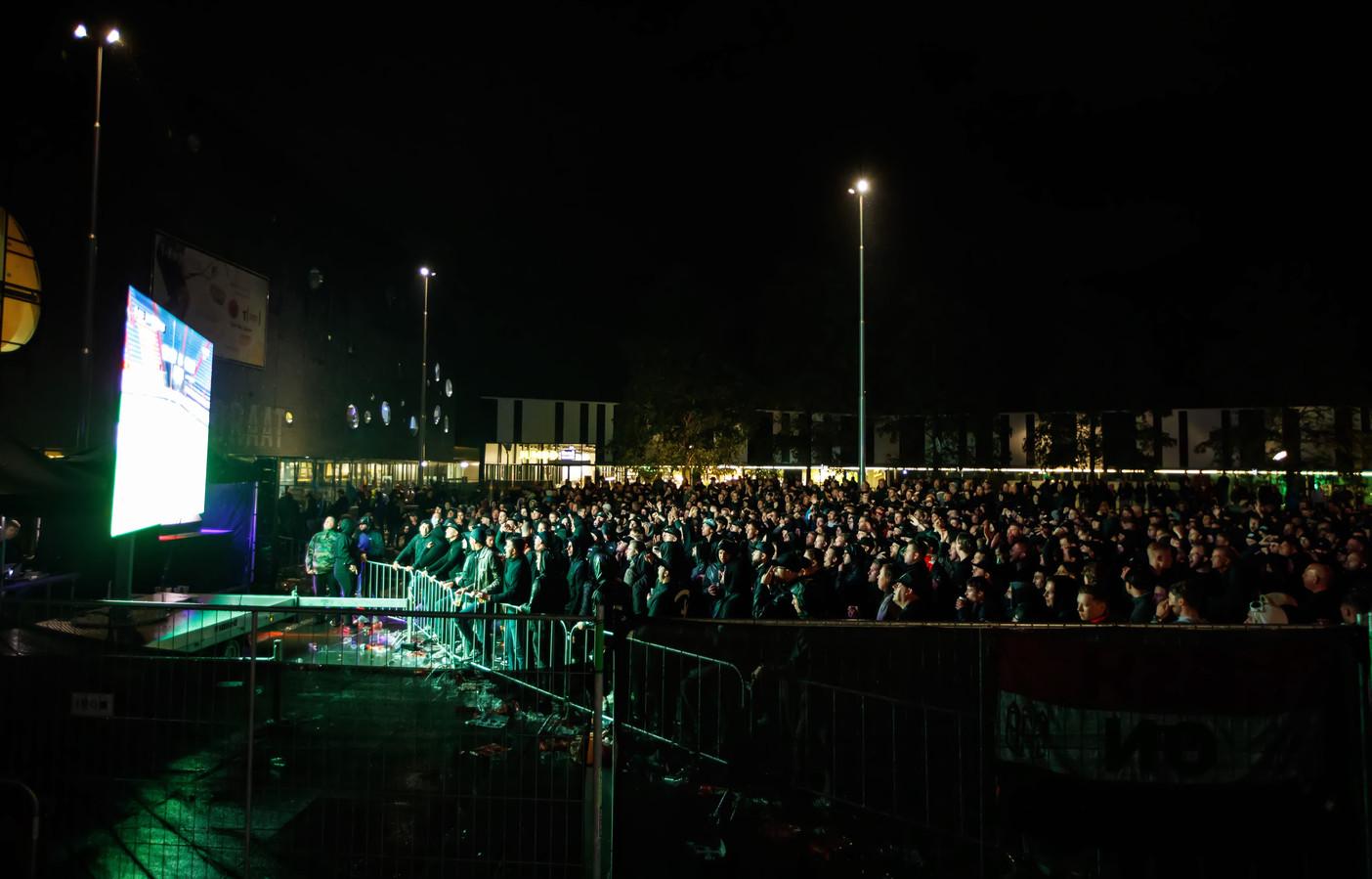 De fans van Willem II konden op een groot scherm de wedstrijd van hun club tegen Rangers kijken.