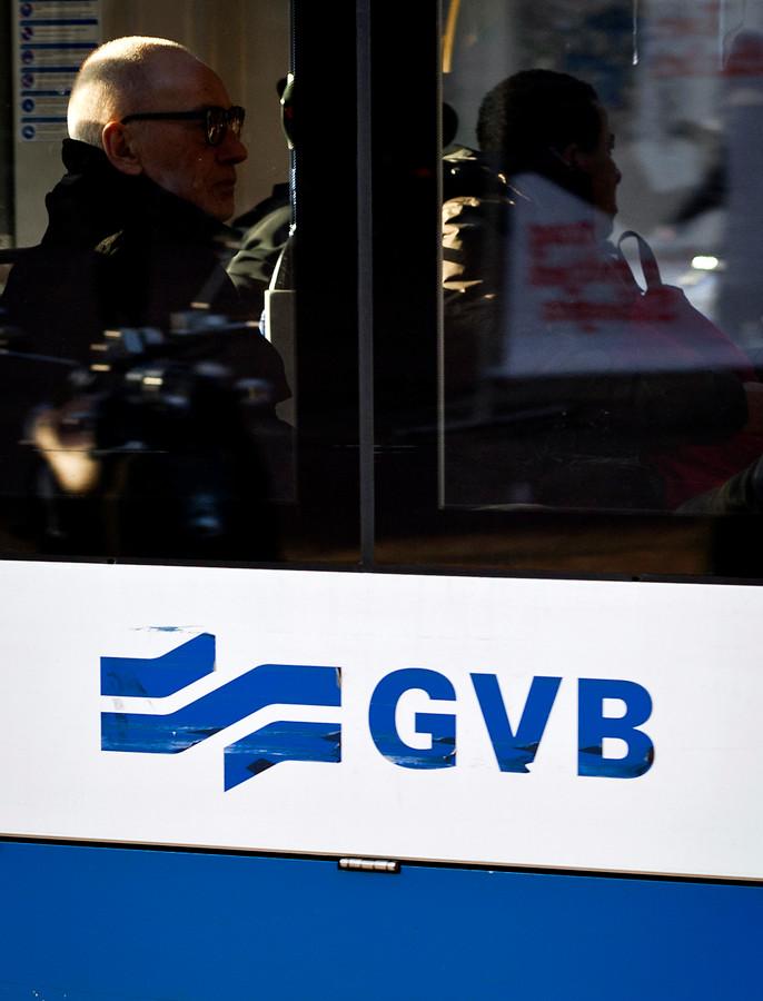 Logo van de GVB op een tram in Amsterdam.