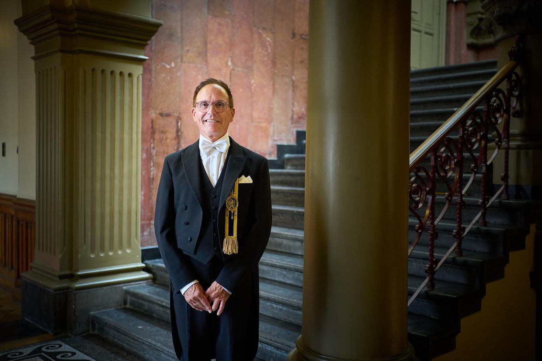 Kamerbode Peter Davelaar bij het trappenhuis in het voormalig ministerie van Justitie, onderdeel van het Binnenhofcomplex.
