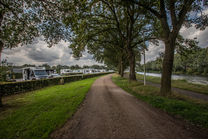 Camperplaats aan de Bloemendaal in Oirschot, pal aan het Wilhelminakanaal.