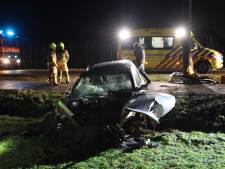 Man knalt met auto tegen boom in Lunteren en raakt gewond