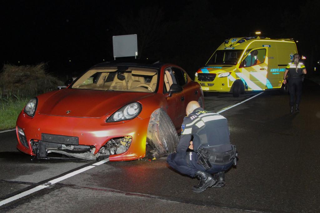 De bestuurder reed met de beschadigde auto nog 300 meter voordat hij tot stilstand kwam op de Haakweg.
