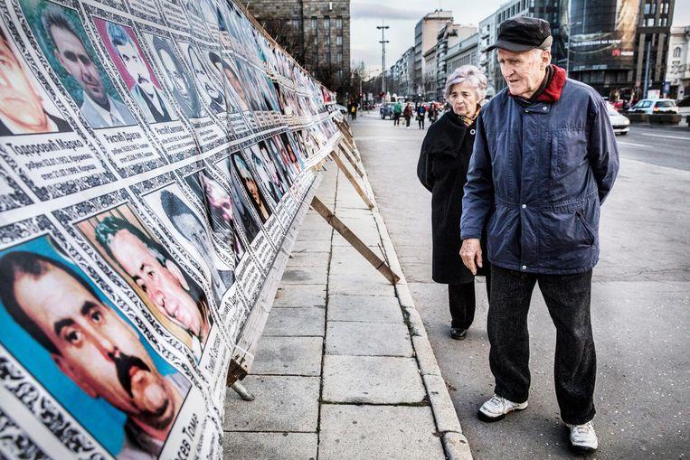 In Belgrado prijken op een groot zeildoek de foto's van de personen die bij Navo-bombardementen in 1999 zijn omgekomen. Beeld Aurélie Geurts