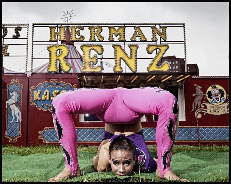 Slangenmens Yanaysi uit Cuba repeteert voor de façade van Circus Renz in Amsterdam-Zuid. Foto © Marco Okhuizen Beeld