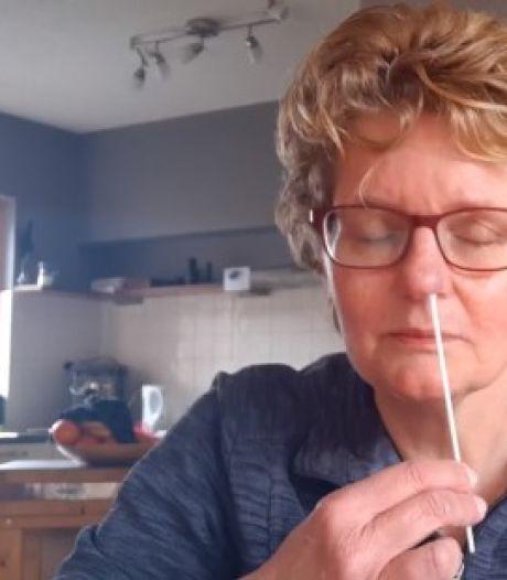 Video van de Dag | Dus zo werkt die zelftest. 'In je neus heen en weer draaien, tot je weerstand voelt'