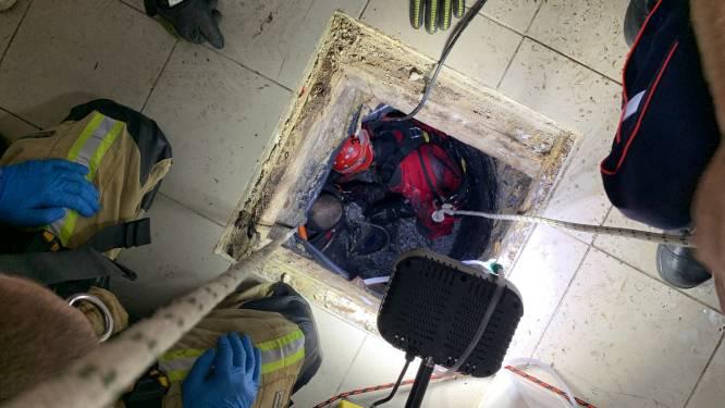 IN BEELD. Brandweer redt man uit riool in Molenbeek