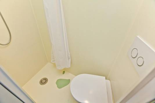 Keuken, douche en wc zitten in hoekjes in het huisje.