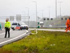Automobilist veroorzaakt ravage bij Apeldoorn: lantaarnpalen en verkeersbord omver