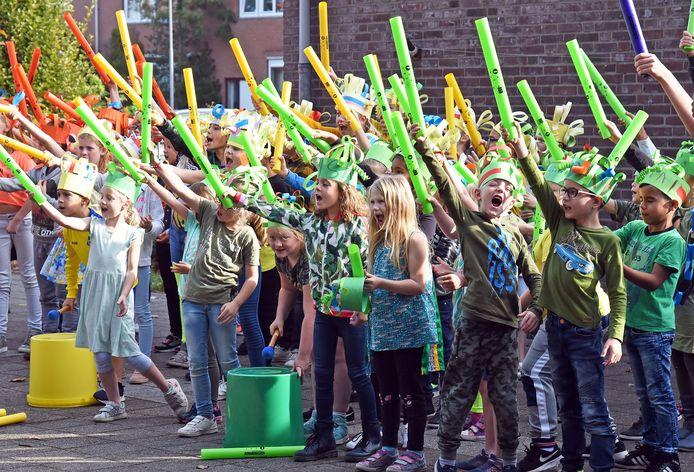 Leerlingen van basisschool Moerschans in Hulst geven een jubileumconcert met kleurrijke buizen, zogenaamde boomwhackers.