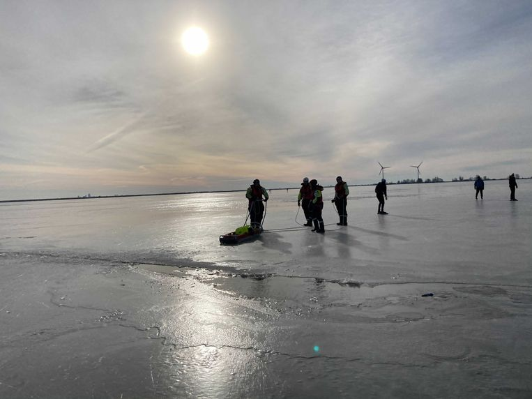 Reddingswerkers bij het wak waar de schaatser in viel. Beeld Het Parool