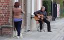 Lauwe Ben Hamers (64) uit Lauwe komt elke avond om 20 uur met zijn gitaar op straat om twee nummers te spelen.
